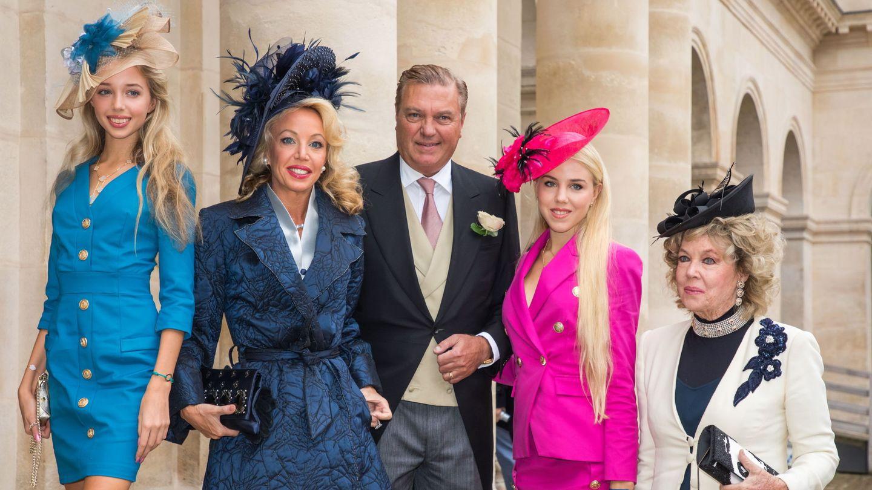 Camilla, con su marido, su madre y sus hijas. (EFE)