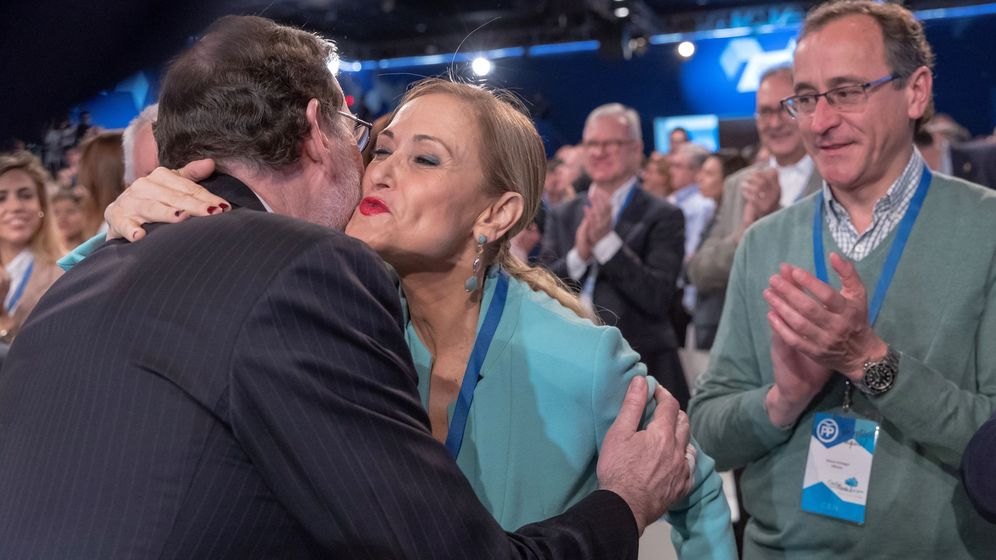 Foto:  El presidente del Gobierno, Mariano Rajoy, saluda a la presidenta de la Comunidad de Madrid, Cristina Cifuentes. (EFE)