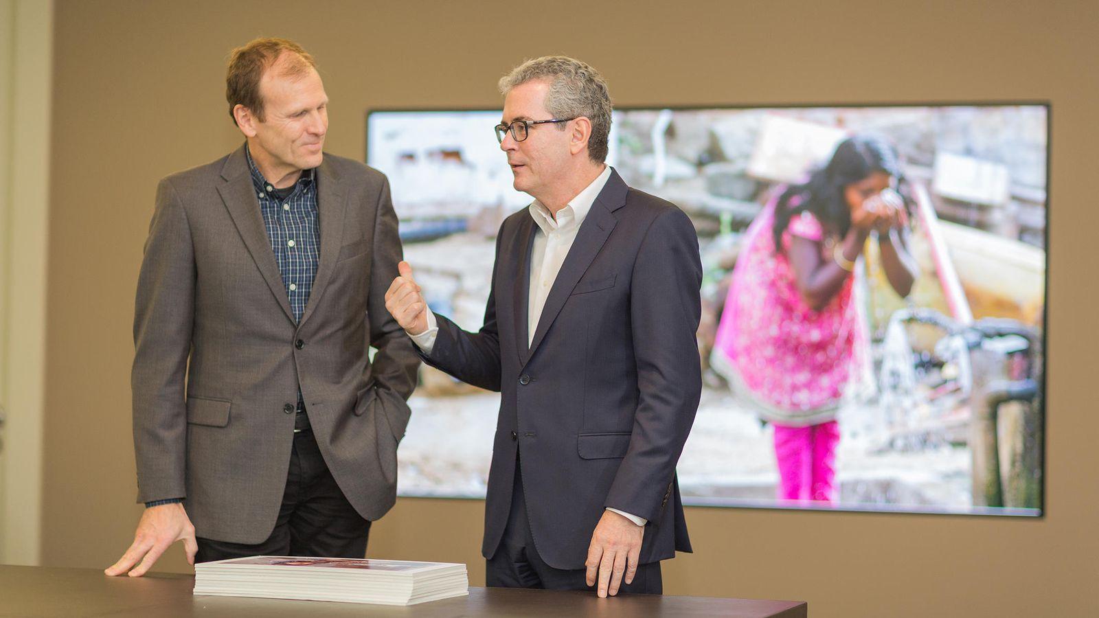 Foto: El presidente de Inditex, Pablo Isla, junto con el cofundador de Water.org, Gary White.