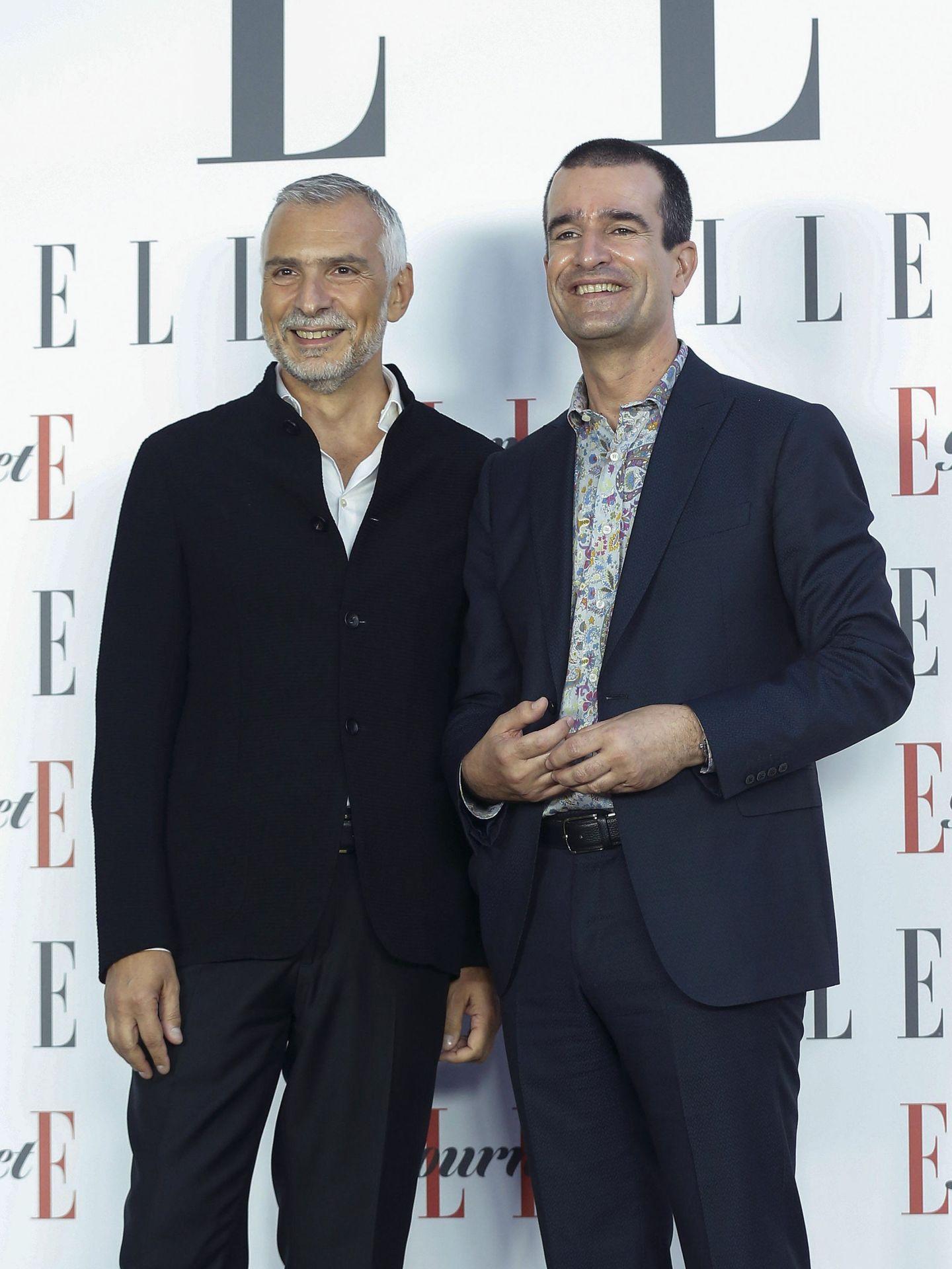 El embajador italiano Stefano Sannino (i) y su marido posan para los medios a su llegada a los Premios Elle Gourmet celebrados en la embajada italiana de Madrid. (EFE/Paco Campos)