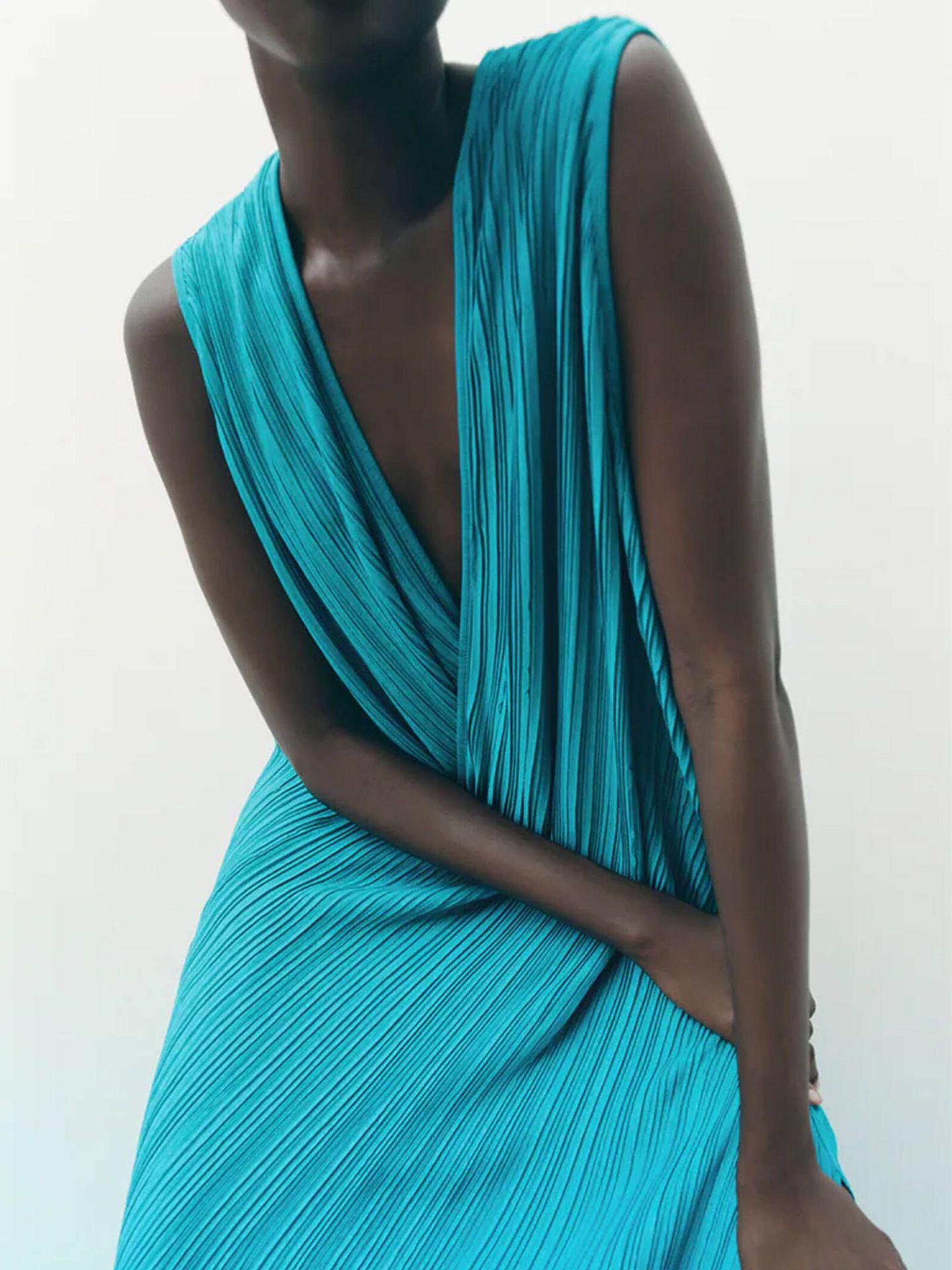 Vestido plisado en color azul de Zara para mujeres de todas las edades. (Cortesía)