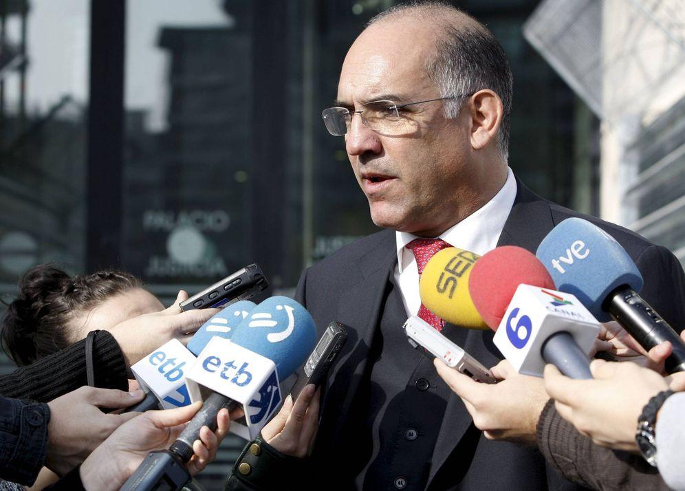 Foto: Miguel Alonso Belza atiende a los medios de comunicación. (EFE)