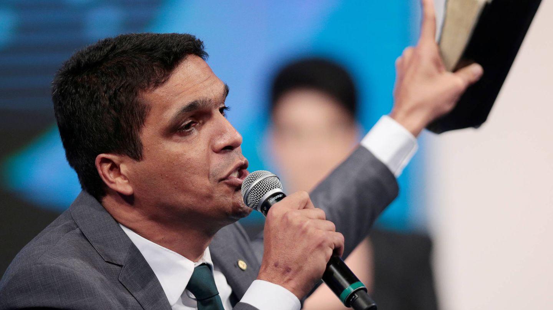 El candidato presidencial Cabo Daciolo sostiene una biblia durante un debate electoral en televisión. (Reuters)