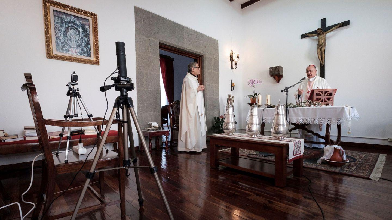 El obispo de la Diócesis de la provincia de Las Palmas celebrando el martes Santo una misa desde la capilla del Palacio Episcopal a través de internet (EFE)