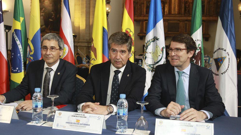 Foto: Imagen de 2015 con los entonces director general de la Policía, Ignacio Cosidó (c), y alcalde de Salamanca, Alfonso Fernández Mañueco (d). (EFE)