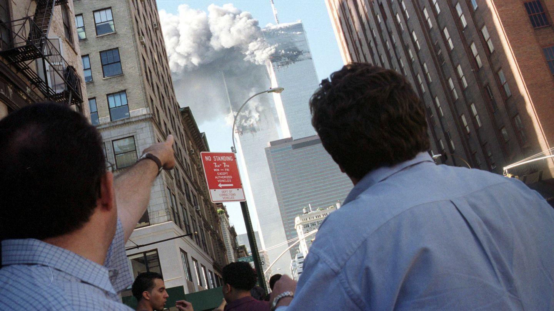 Neoyorquinos observan el ataque contra las Torres Gemelas, el 11 de septiembre de 2001. (Reuters)