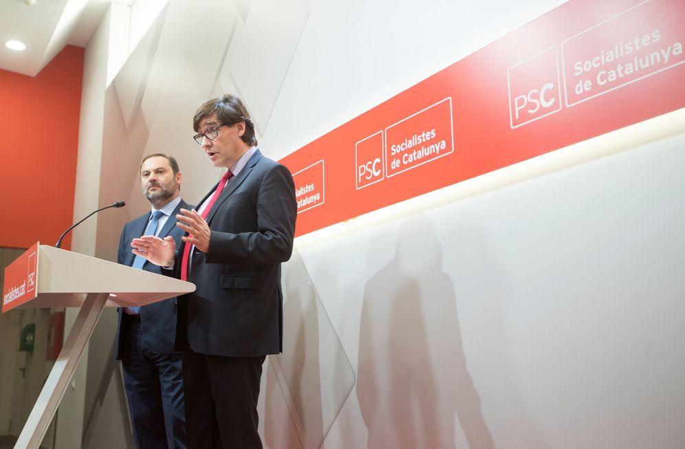 Foto: Salvador Illa y José Luis Ábalos, este 11 de mayo en rueda de prensa en la sede central del PSC, en Barcelona. (EFE)