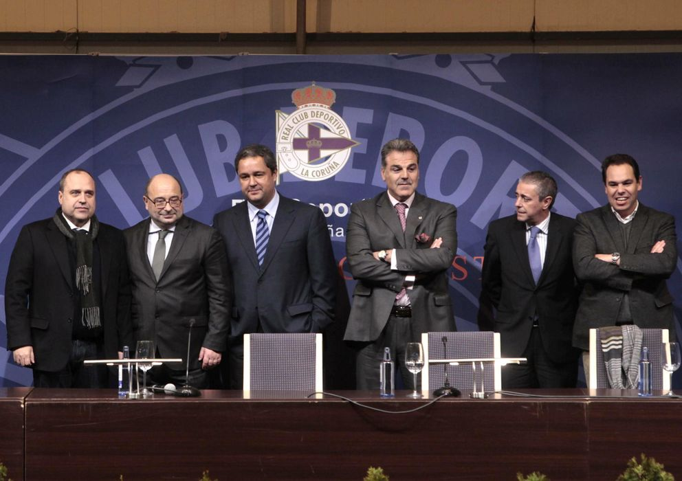 Foto: Tino Fernández posa con su nueva junta directiva (Efe).