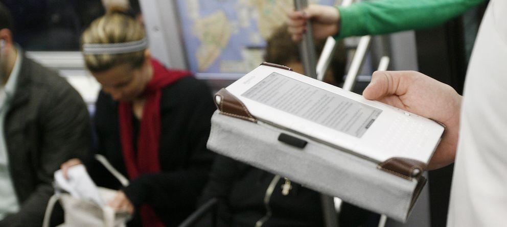 Foto: Un usuario lee un libro electrónico en el metro. (Reuters)