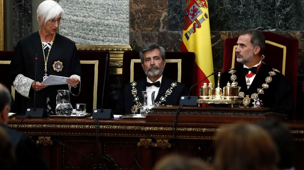 Foto: El rey Felipe VI, junto al presidente del Consejo General del Poder Judicial (CGPJ), Carlos Lesmes (d), escucha la intervención de la fiscal general del Estado, María José Segarra (i). (EFE)