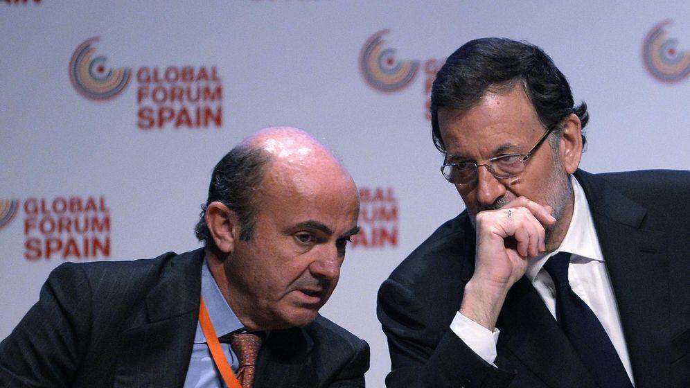 Foto: El ministro de Economía Luis de Guindos y el presidente del Gobierno. (Reuters)