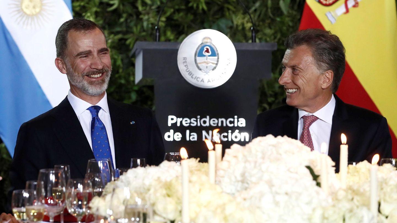 El rey Felipe y el presidente de Argentina, Mauricio Macri (d), durante la cena de gala ofrecida por el mandatario argentino a los monarcas españoles en el Centro Cultural CCK, en Buenos Aires. (EFE)