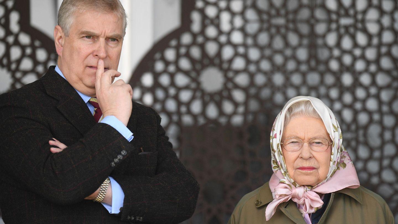 El príncipe Andrés y la reina Isabel, en una imagen de archivo. (Reuters)