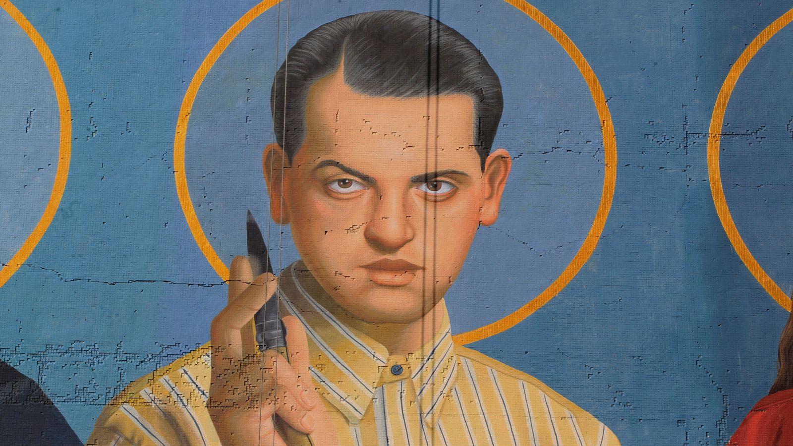Foto: Un mural de Montevideo que representa a Buñuel como un santo. (EFE)