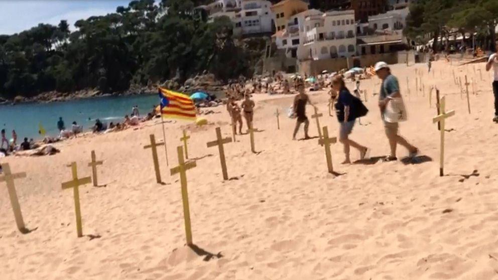 Así es la guerra de las cruces que convierte en cementerios las playas de Cataluña