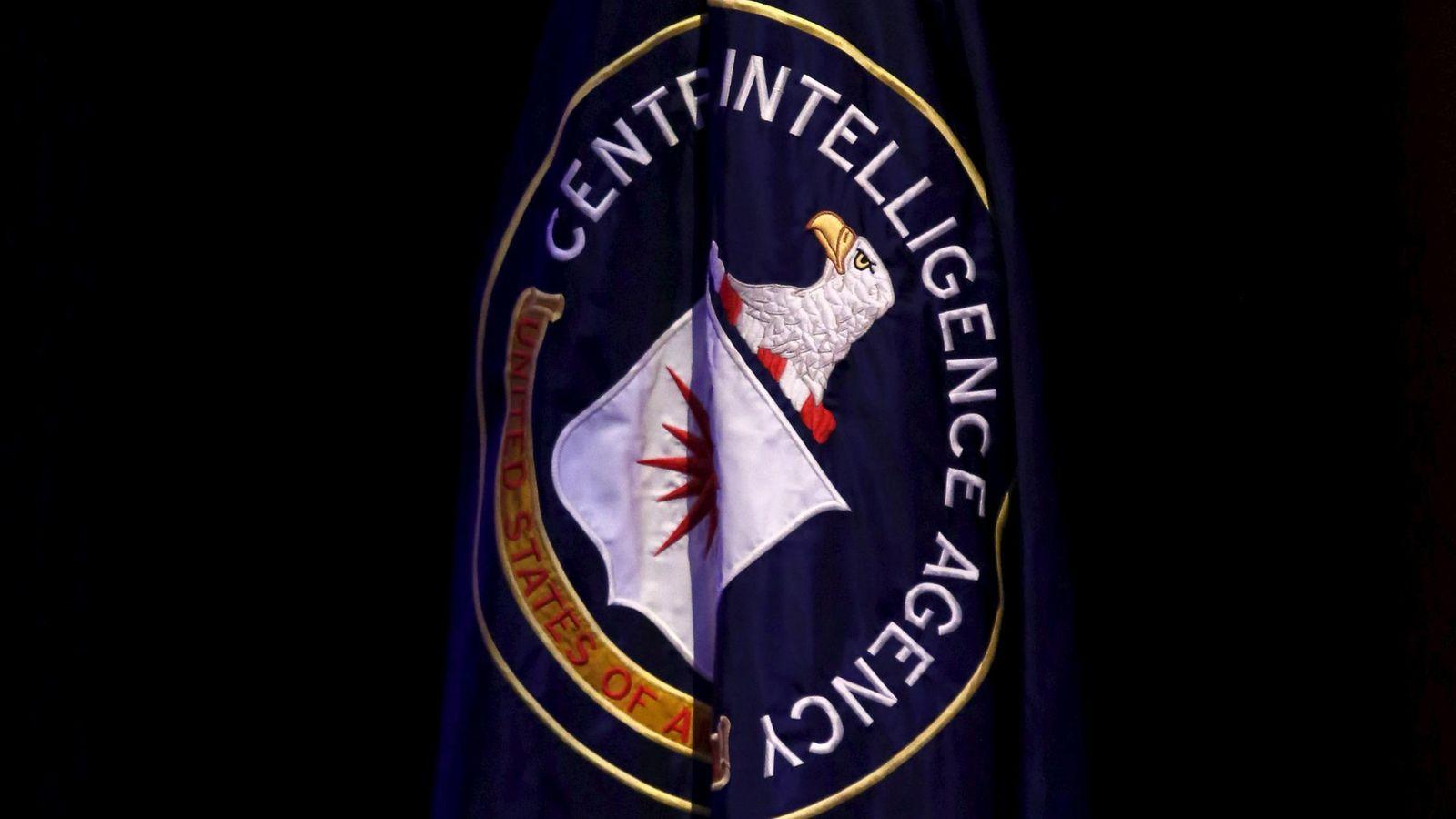 Foto: La bandera de la CIA es desplegada durante una conferencia sobre seguridad nacional en Washington, el 27 de octubre de 2015 (Reuters)