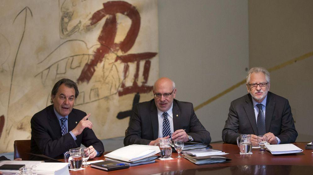 Foto: El expresidente de la Generalitat Artur Mas; el exsecretario de Govern Jordi Baiget, y el comisionado para la Transición Nacional, Carles Viver i Pi-Sunyer. (EFE)