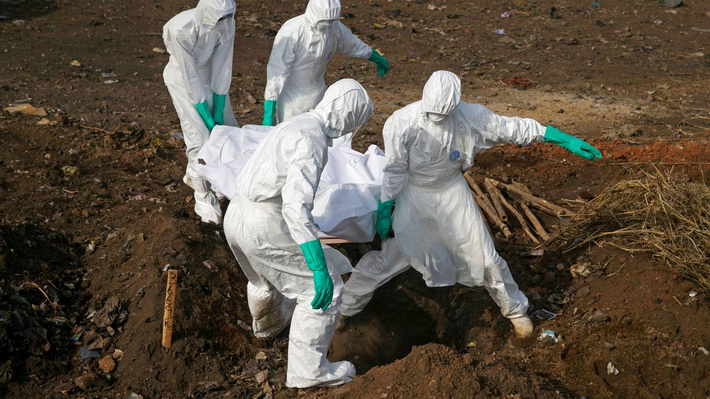 Trabajadores especializados transportan el cadáver de una supuesta víctima de ébola en Freetown, Sierra Leona, durante el brote de diciembre de 2014. (Reuters)