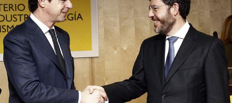 Foto: El ministro de Industria, Energía y Turismo, José Manuel Soria (i), felicita al nuevo secretario de Estado de Energía, Alberto Nadal (d). (Efe)