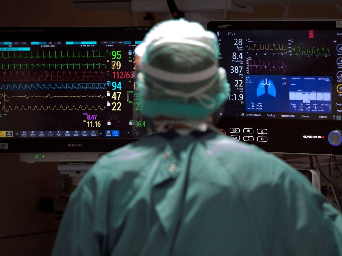 Foto: Un profesional sanitario trabaja en la UCI del Hospital Vall d'Hebron de Barcelona. (EFE)