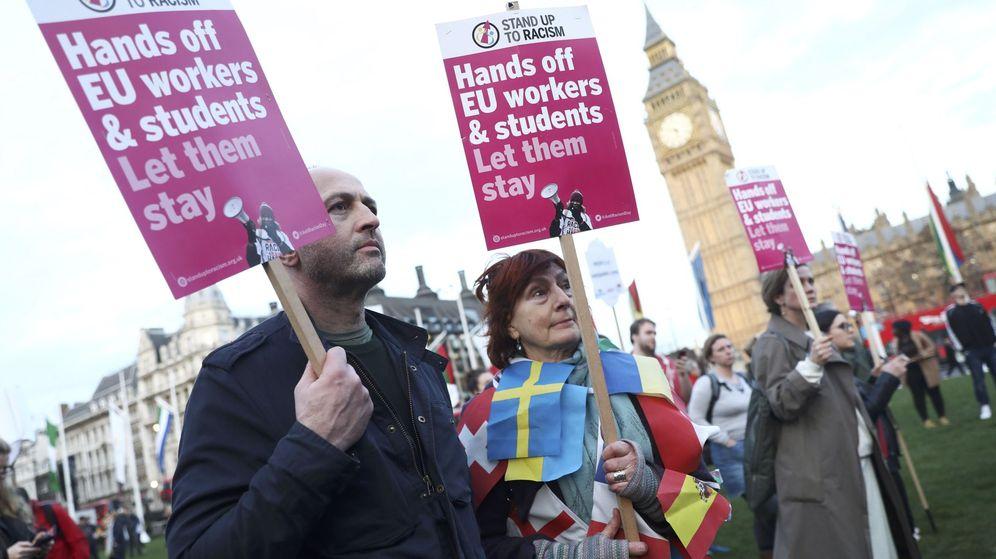 Foto: Dos británicos con pancartas en las que piden que los estudiantes y trabajadores de la UE puedan quedarse. (EFE)