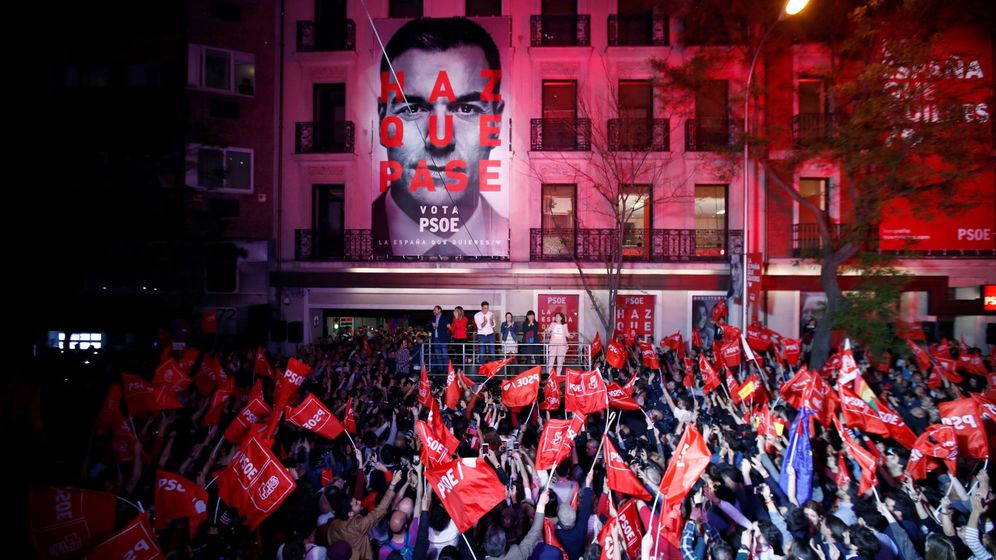 Foto: Celebración ante la sede del PSOE en Madrid. (EFE)