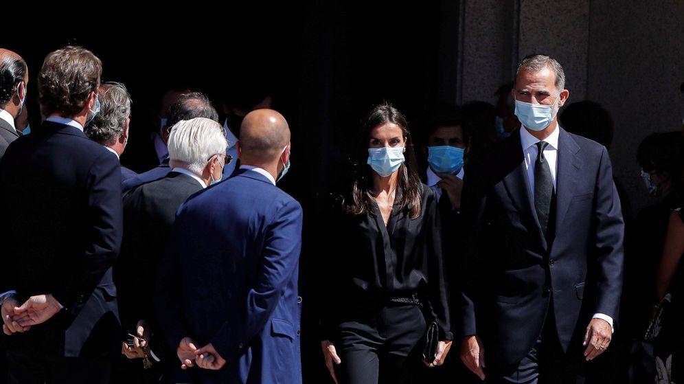 Foto: Los reyes Felipe y Letizia, a su salida de la capilla ardiente de Jaime Carvajal el pasado 4 de septiembre. (EFE)