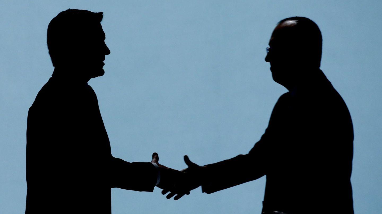 El presidente de BBVA, Carlos Torres (i), y el CEO, Onur Genç. (EFE)
