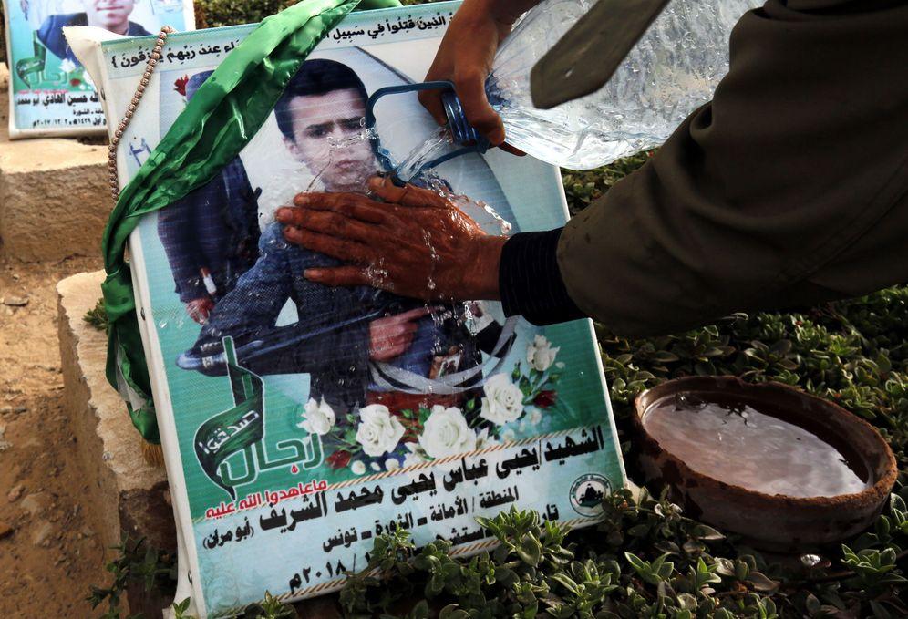 Foto: Un hombre yemení limpia la tumba de su hermano, víctima de la milicia huti, en Saná. (EFE)