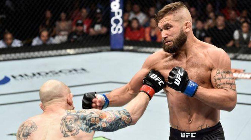 Foto: Jeremy Stephens mandando al suelo a Emmet. (Foto: UFCespanol.com)