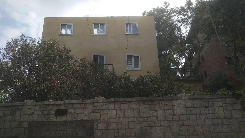 Sin tejado y con las ventanas abiertas y rotas, así está esta vivienda en ruinas.