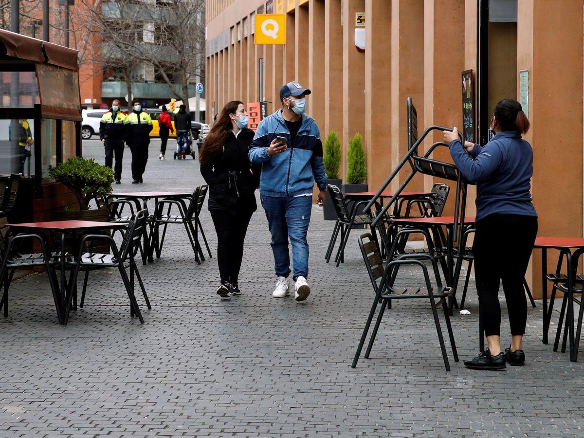 Foto: Una camarera prepara la terraza del restaurante donde trabaja para atender a sus clientes. (EFE)