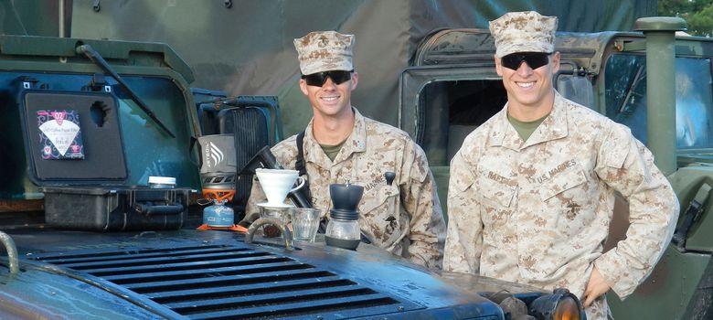 Foto: Los marines Michael Haft y Harrison Suarez en Afganistán, posando con sus cafeteras. (GySgt Jayme Calderon)