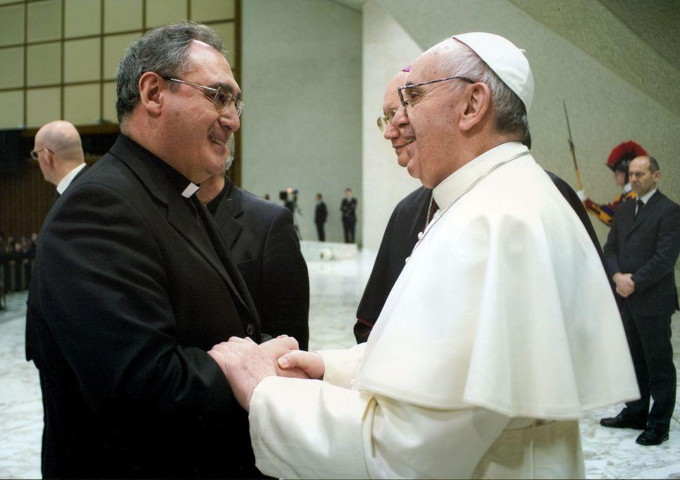 Foto: El sacerdote José María Gil Tamayo con el Papa (Efe)