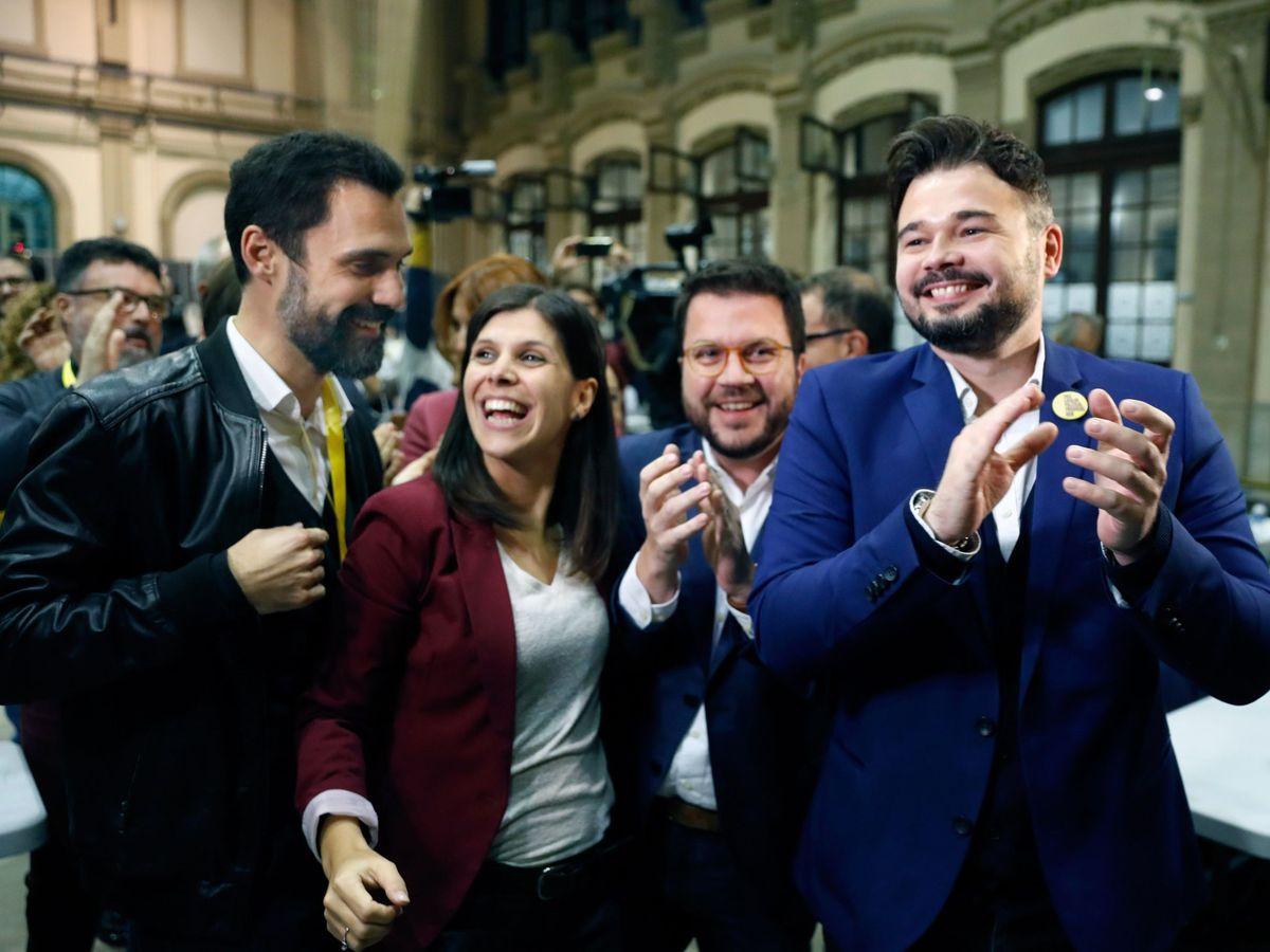 Foto: Gabriel Rufián, con Pere Aragonès, Marta Vilalta y Roger Torrent, la noche del 10-N en Barcelona. (EFE)