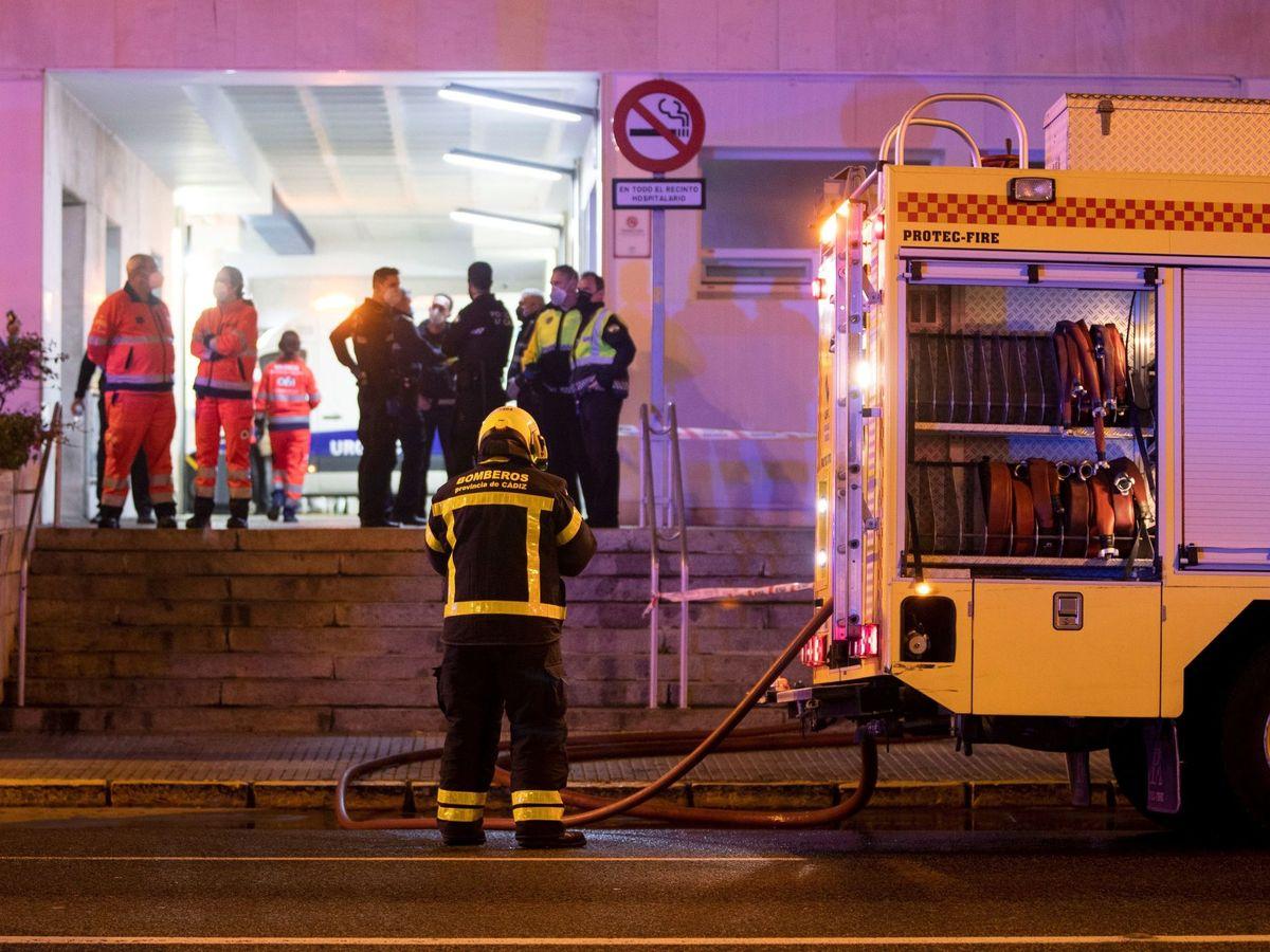 Foto: Un bombero, en la entrada del Hospital Puerta del Mar, en Cádiz. (EFE)