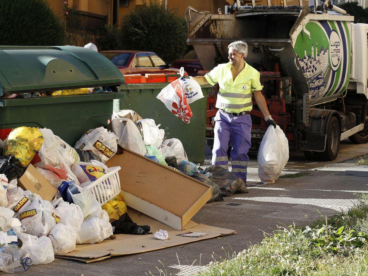 Foto: Trabajadores de Urbaser recogen la basura en Lugo