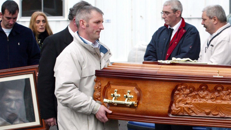 El entierro de Jean tras encontrar su cuerpo. Al fondo, sus hijos (Reuters)