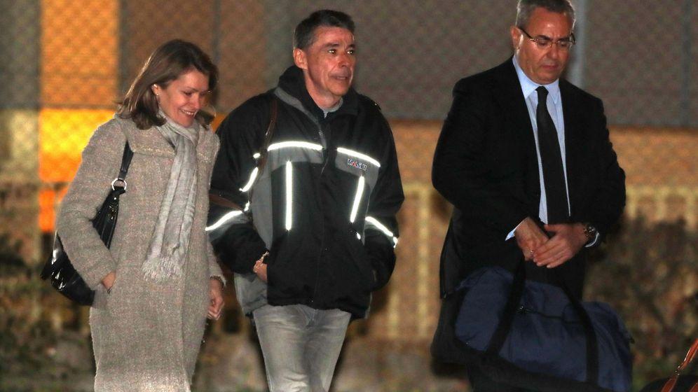 Foto: El expresidente de la Comunidad de Madrid Ignacio González (c), a su salida de la madrileña carcel de Soto del Real. (EFE)