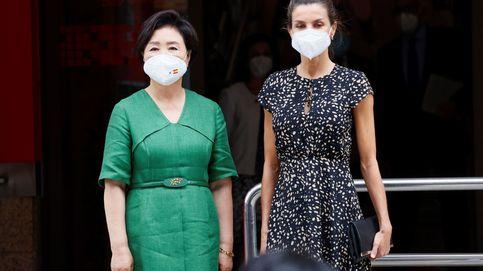 Letizia visita la ONCE con la primera dama de Corea: vestido de Massimo Dutti e intercambio de cupones