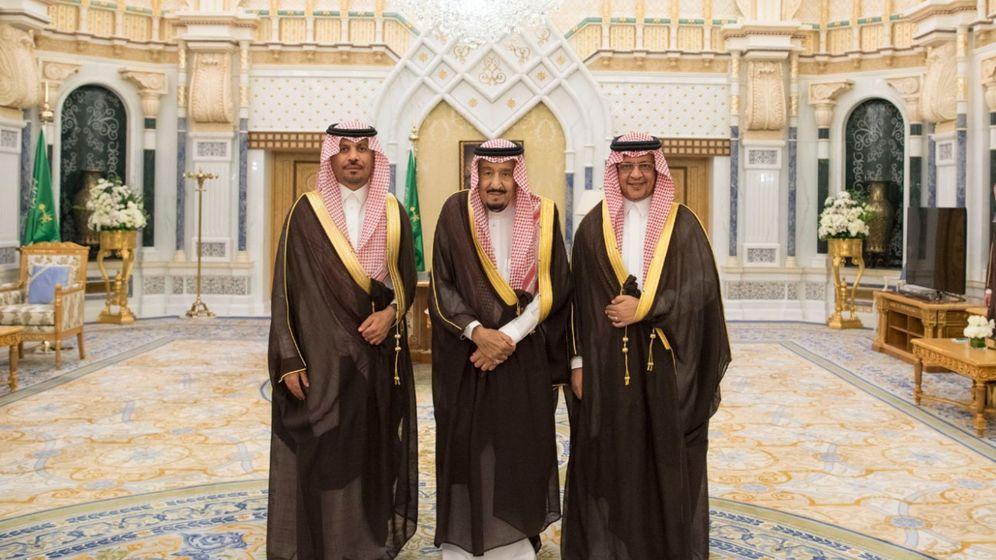 Foto: El rey Salman de Arabia Saudí (centro) posa con los ministros de la Guardia Nacional, Khaled Bin Ayyaf, y de Economía, Mohammed al Tuwaijri, en Riad, el 6 de noviembre de 2017. (Reuters)