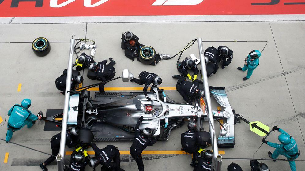 Foto: La doble parada en boxes llevada a cabo por los mecánicos de Mercedes fue crucial para lograr el doblete. (Reuters)