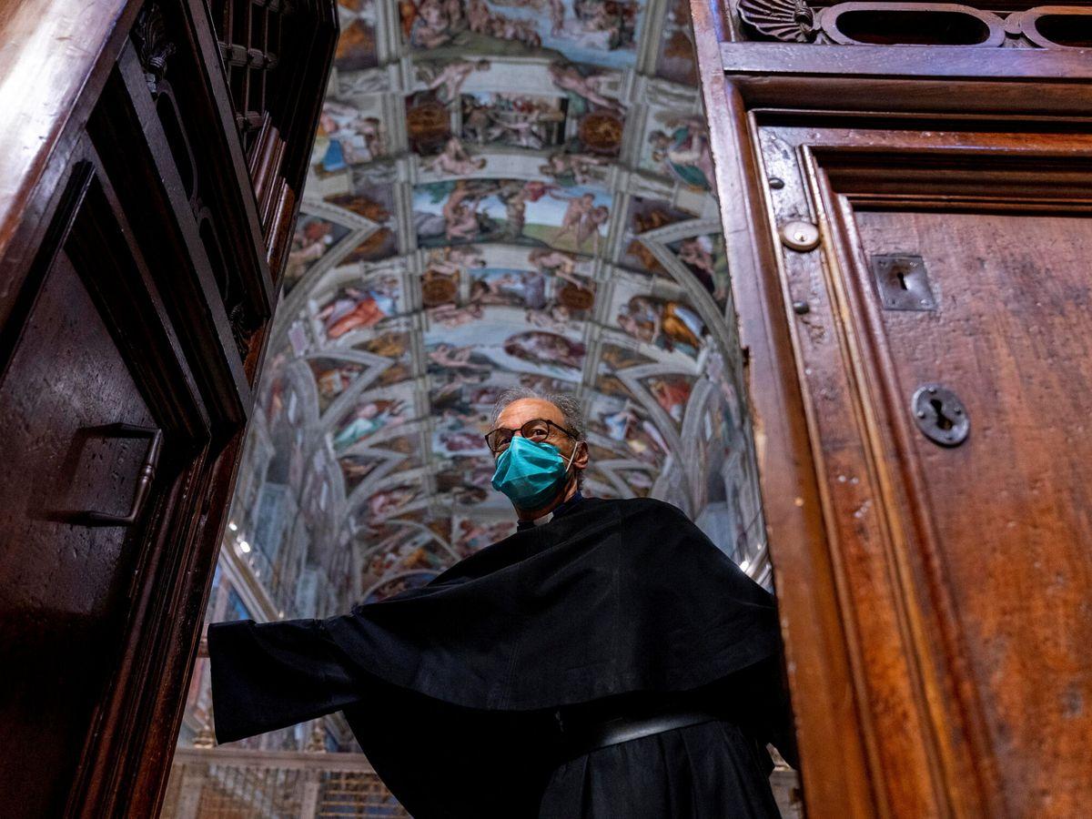 Foto: Un custodio cierra la puerta de la Capilla Sixtina en el Vaticano. (Reuters)