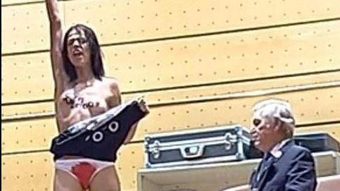 Una Femen irrumpe desnuda en el Senado por la aprobación de la reforma del aborto