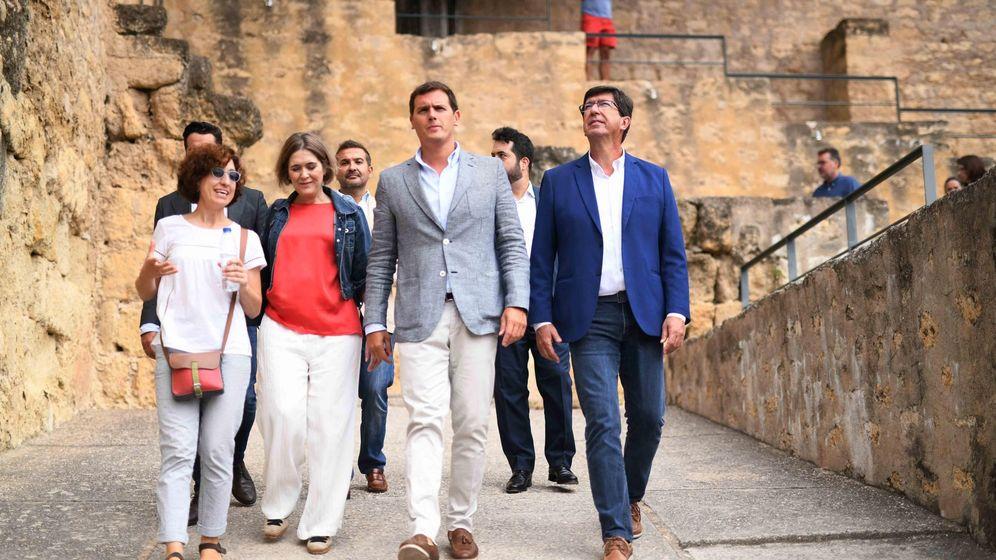 Foto: El presidente de Ciudadanos, Albert Rivera (c), y el líder en Andalucía, Juan Marín (d), durante su visita a Medina Azahara (Córdoba). (EFE)