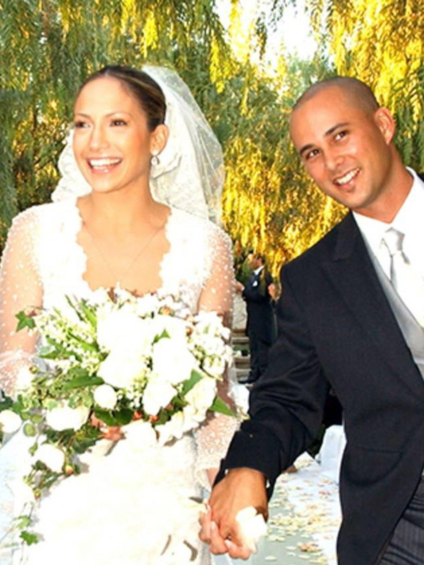 Jennifer Lopez, en su boda con Cris Judd, vestida de Valentino. (Getty)