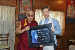 El Dalai Lama y el magnate ruso Dmitry Itksov. (2045.com)