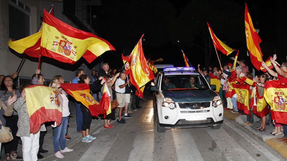 Foto: Unas 200 personas despiden en la comandancia de la Guardia Civil a los agentes que viajan desde Algeciras hasta Cataluña. (EFE)