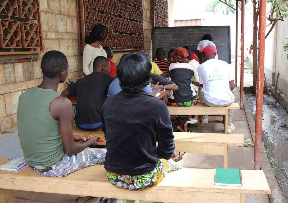 Foto: Una clase de alfabetización de antiguos niños soldados en el centro de reinserción de Bangui. (Trinidad Deiros)