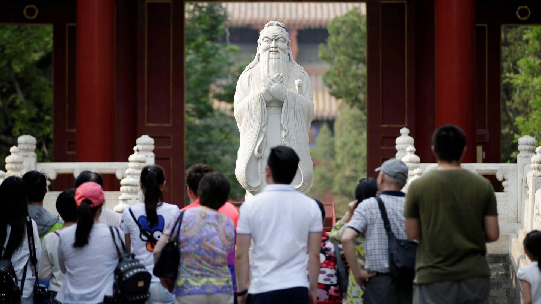Turistas y estudiantes observan una estatua de Confucio en un templo en Pekín. (Reuters)